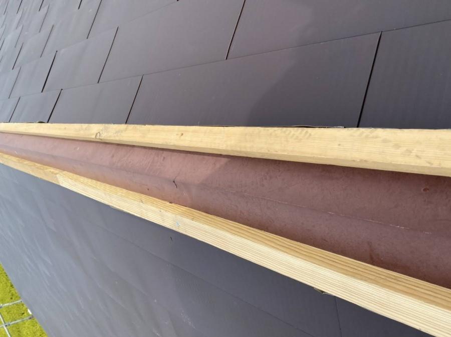 カバー工法を行う際の切妻屋根への棟下地の様子