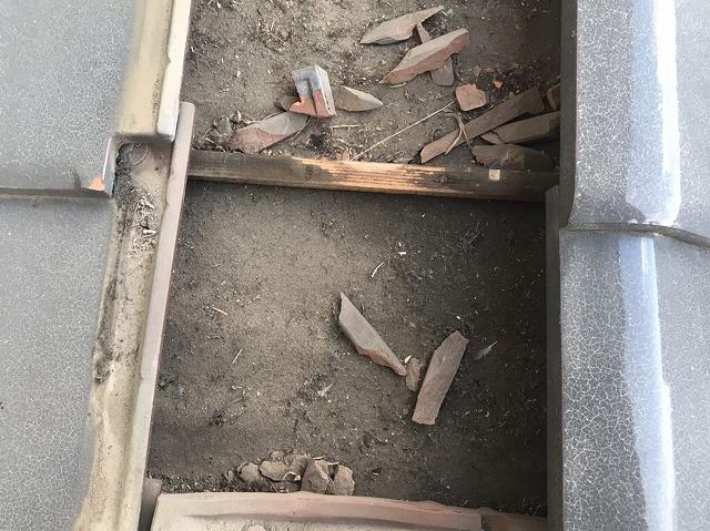 瓦下に破損した瓦が散在