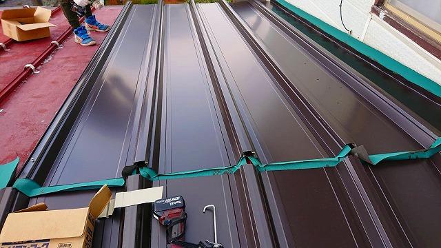 屋根カバー個法の棟際の工事画像