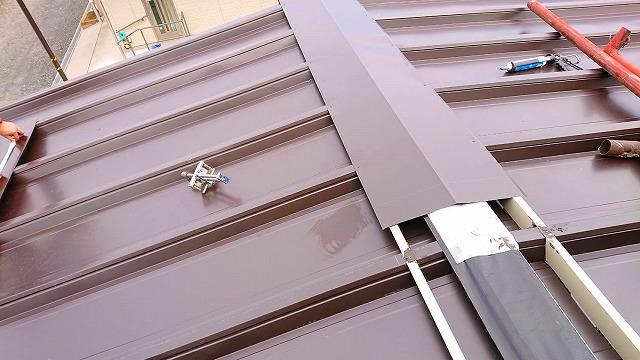 屋根カバー個法の棟板金施工