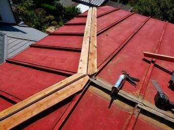 日立市の雨漏り現場の棟板金の下地の貫板を三つ又部に取付ける