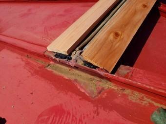 日立市の雨漏り現場の棟板金の下地の貫板端部に雨仕舞い