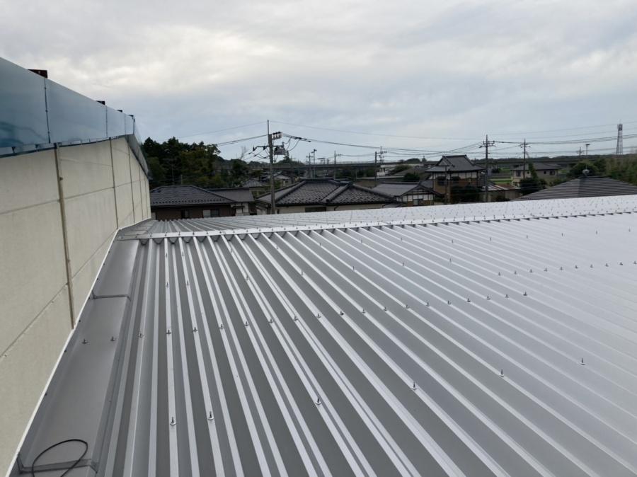 桜川市の折板屋根から掛け上がるALC外壁