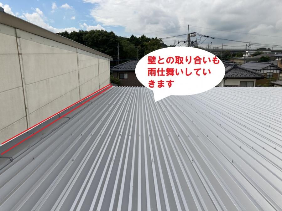 桜川市の倉庫で壁の雨押え板金工事が完了しました