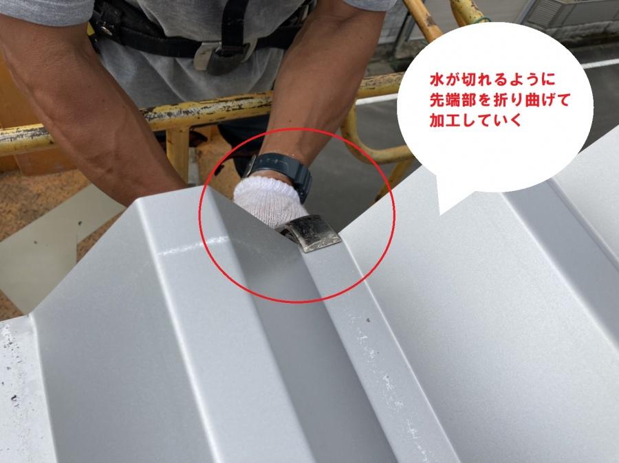 折板屋根に折り曲げ加工を行なう屋根職人