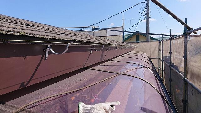 テラス上の新しいガルバリウム鋼板鼻隠しに雨樋支持金具を施工