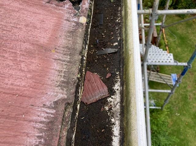 常陸太田市でスレート屋根パミールが剥がれ落ちて雨樋に落ちる
