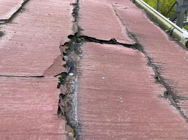 常陸太田市でスレート屋根パミールが剥がれ落ちている