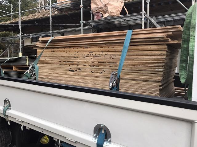 ラーチ合板がトラックに乗っている画像