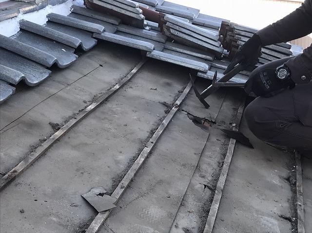 瓦桟を解体にかかる職人