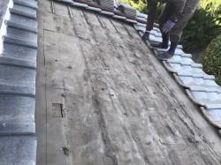 葺き直しの為に瓦桟までを撤去した状態の屋根