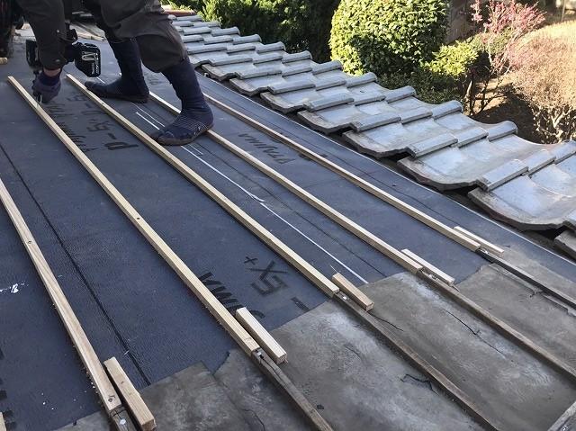 葺き直し屋根工事を行う職人