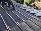 葺き直しの為ルーフィングを敷き込み瓦桟を施工する職人