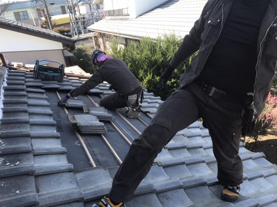 釉薬瓦屋根の葺き直し工事中に二名の職人