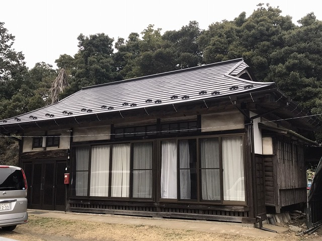 入母屋の屋根に横葺きガルバリウム鋼板屋根材を施工した笠間市の現場