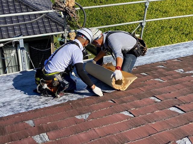 常陸太田市のスレート屋根改修カバー工事に使用するタディスセルフカバーを貼る屋根職人