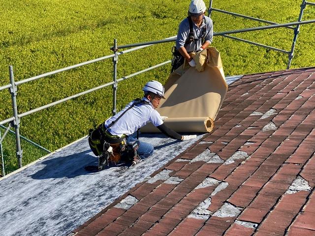常陸太田市のスレート屋根改修カバー工事は、タディスセルフカバーを貼る屋根職人は2人で貼ります