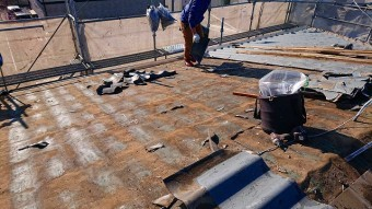 解体が半分完了した屋根