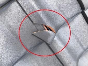 足場設置時に発見した瓦の割れアップ