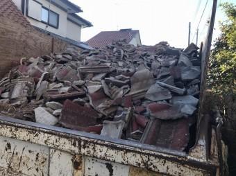 小美玉市での屋根葺き替え現場で解体瓦満載のトラックの荷台