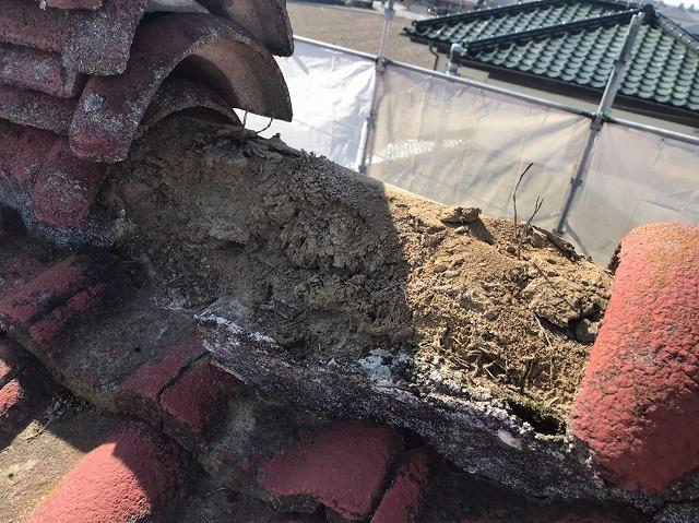 廃盤モニエル瓦の冠瓦の土台葺き土の状態