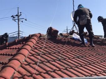 小美玉市の現場でモニエル瓦屋根を解体する職人