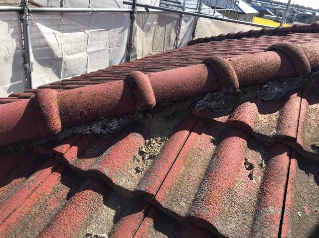 下り棟の漆喰が崩れ葺き土が流れ出ている