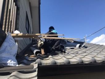 瓦桟を撤去していく職人を下から撮影