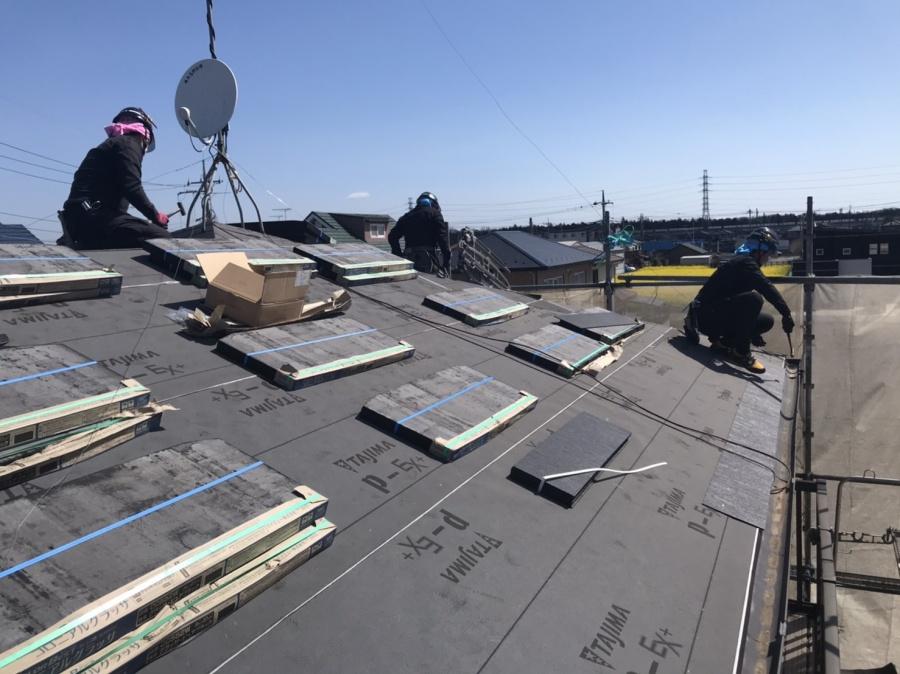 長寿命スレート屋根材グラッサを葺く為に屋根材を配置