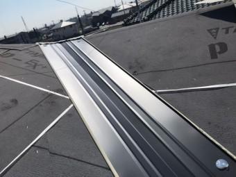 屋根葺き替えで設置された谷板金