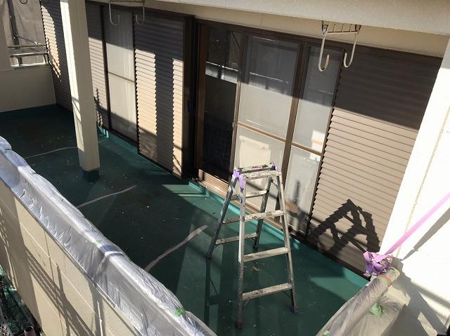 ベランダ防水工事前の緑のベランダ床