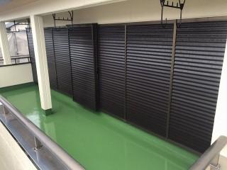 塗装した雨戸と防水工事したベランダ