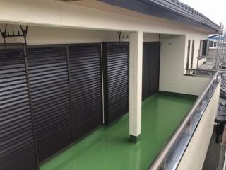 外壁や戸袋も綺麗に塗装されベランダ防水も完了