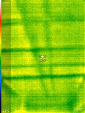 調査前の天井を遠赤外線サーモグラフィーで見た様子