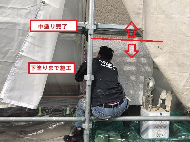 が壁塗装下塗りから中塗り塗装をする職人