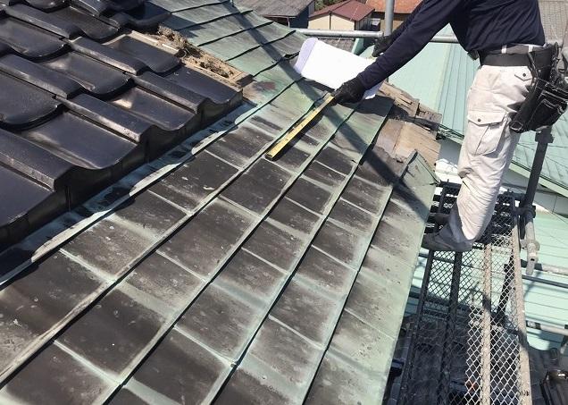 銅板腰葺き屋根の採寸をする板金職人