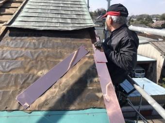 銅板屋根にケラバ銅板板金を設置している
