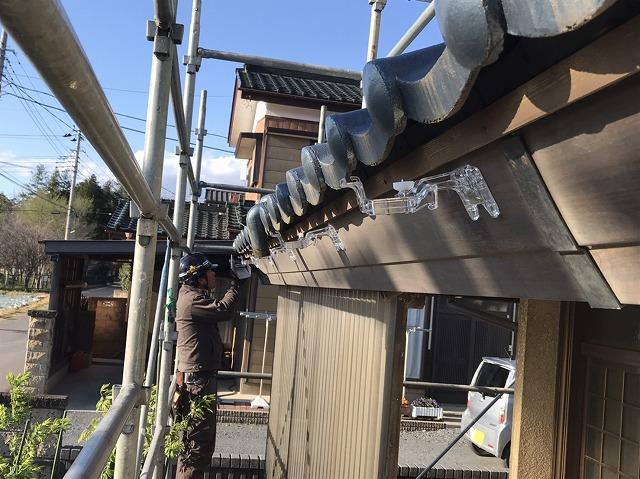 八千代町でポリカーボネート製の金具を付ける板金職人