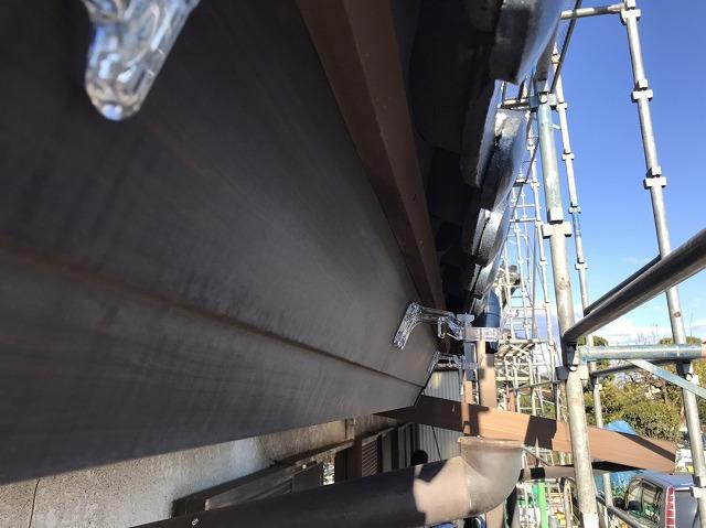 八千代町でポリカーボネート製の金具がついた破風板