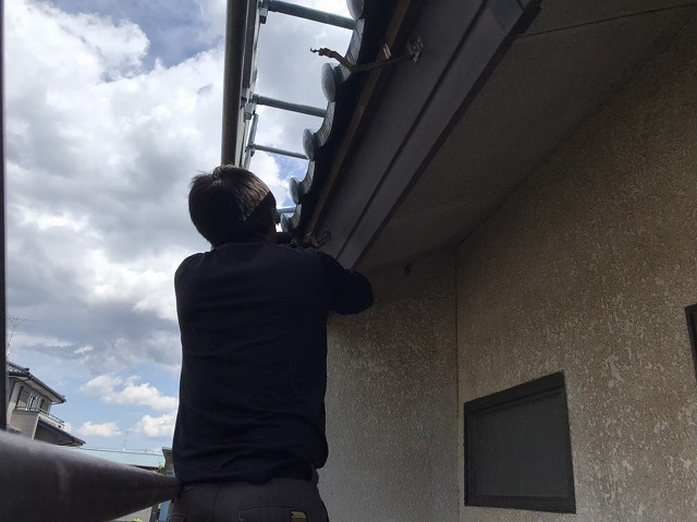 八千代町で既存雨樋金具を撤去している画像