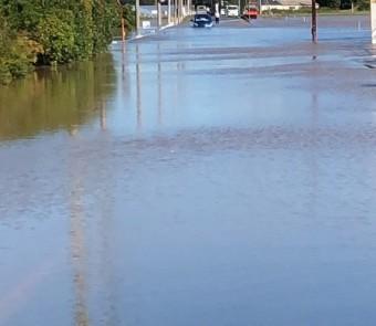 台風19号時に川が氾濫し道路が冠水