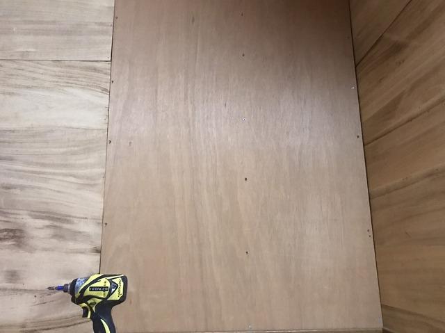 鹿嶋市で屋根裏雨漏り調査をロフトのベニヤをはずしていきます