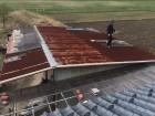 これから施工する波トタン屋根を再度計測する職人
