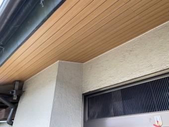 交換が完了した玄関先の木目調プリント版