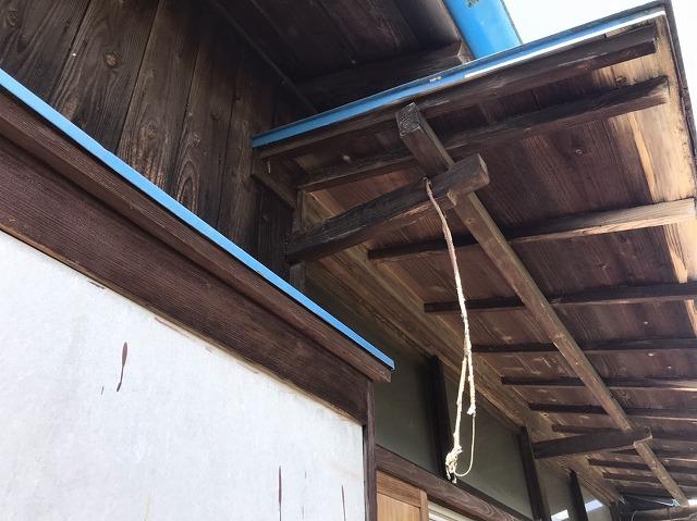 戸袋の上の庇が破損し雨漏り修理依頼