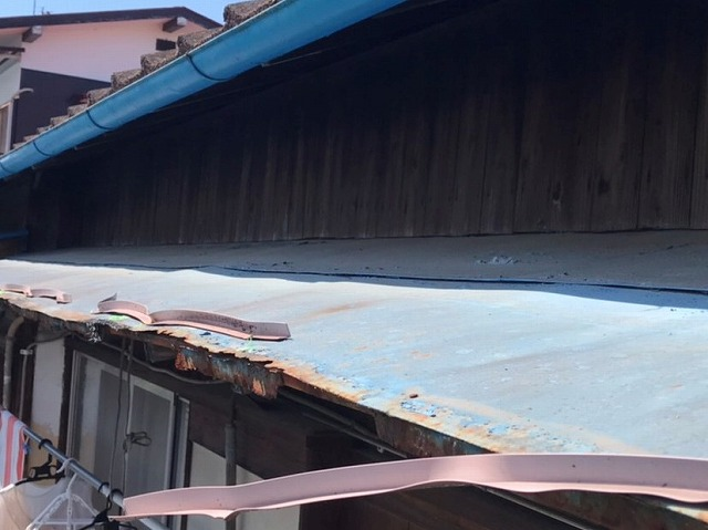 トタン製の庇の先端が錆により割れている