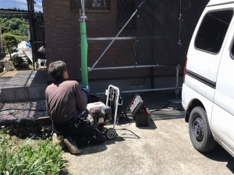 城里町で外壁洗浄に使うエンジン式エンジン式高圧洗浄機を使用する塗装職人