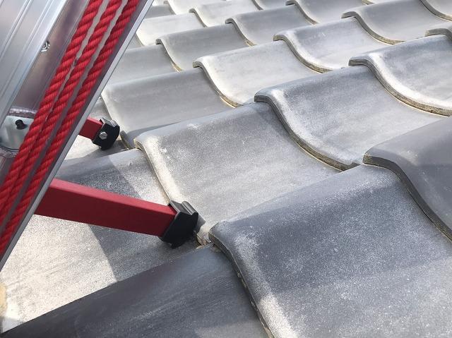はしごを掛ける際に屋根材を傷めない為の梯子設置風景