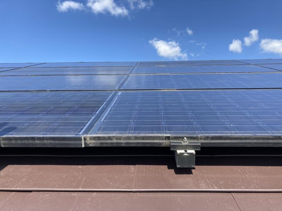 カバー工事後に太陽光を再設置して発電中