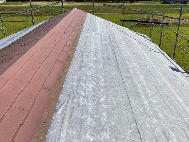 スレート屋根材の上に粘着ルーフィングを施工